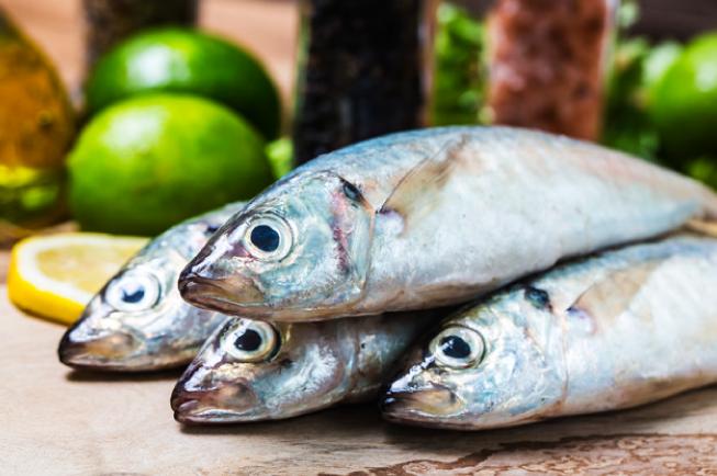 Nên chọn cá tươi có mắt sáng, trong veo, tránh cá có mắt đục và mờ