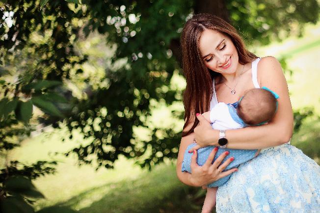 Đảm bảo tư thế ngồi/nằn thoải mái và mẹ được hỗ trợ khi cho bé bú