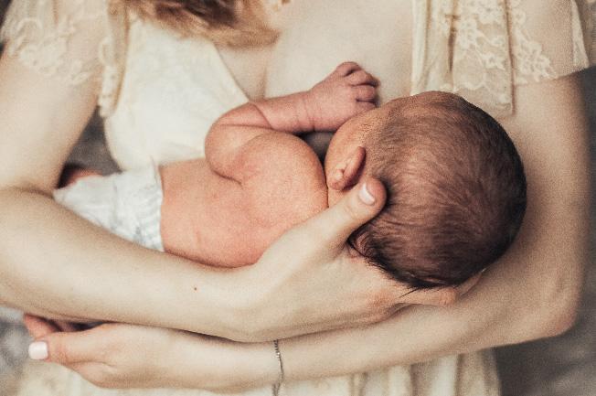Mỗi lần bú mẹ có thể cho con bú kiệt một bên hoặc bú đều hai bên