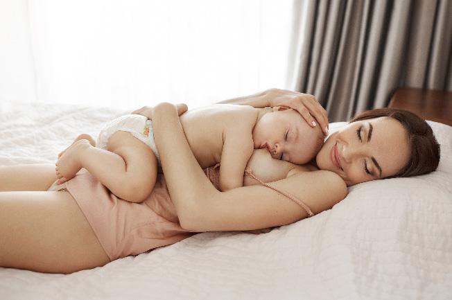 Mẹ nằm ngửa trên giường hoặc ghế dài, thư giãn và thả lỏng