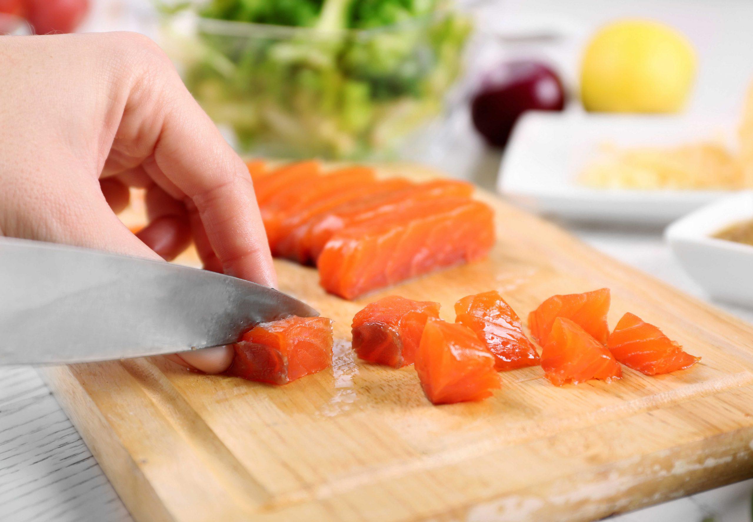 Tuỳ vào từng giai đoạn ăn dặm và độ tuổi của trẻ, mẹ lựa chọn cách cắt thực phẩm phù hợp cho bé nhé