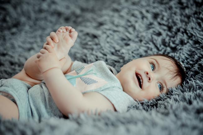 Khi trẻ sơ sinh mới được đưa từ bệnh viện về nhà, mẹ nên cho con quen dần và thân với mọi người