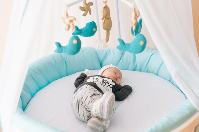Để bé ngủ ngon cần đảm bảo không có các tác nhân kích thích xung quanh khi bé ngủ
