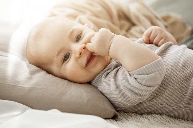 Tự chụp hình cho bé tại nhà khi con đang cười