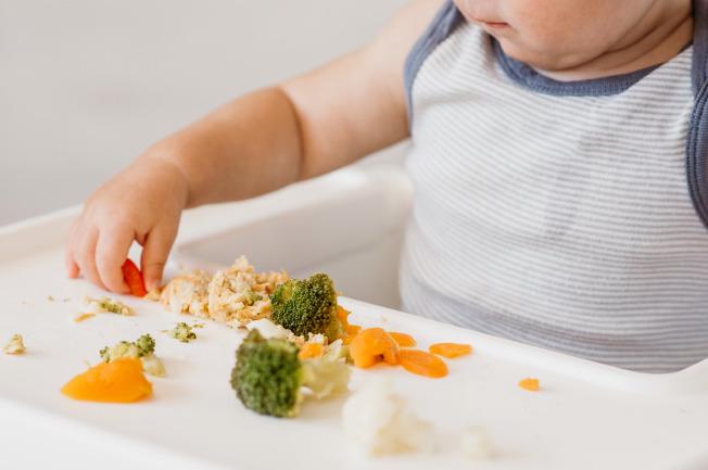 Khi bé được 6-8 tháng mẹ bắt đầu cho bé ăn 1/4 quả