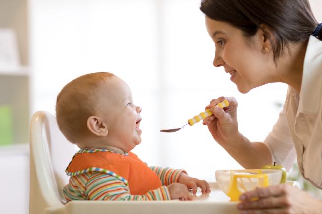 Theo khuyến cáo của tổ chức y tế thế giới WHO và Viện Dinh dưỡng Quốc Gia, trẻ đủ 6 tháng mới nên cho ăn dặm