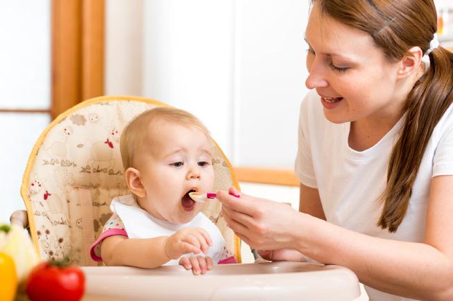 Ăn dặm với bé 5 tháng chỉ là bữa phụ