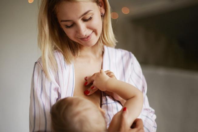 Giai đoạn sơ sinh cho đến 1 tháng tuổi cần được bú 8-12 lần trong ngàyGiai đoạn sơ sinh cho đến 1 tháng tuổi cần được bú 8-12 lần trong ngày