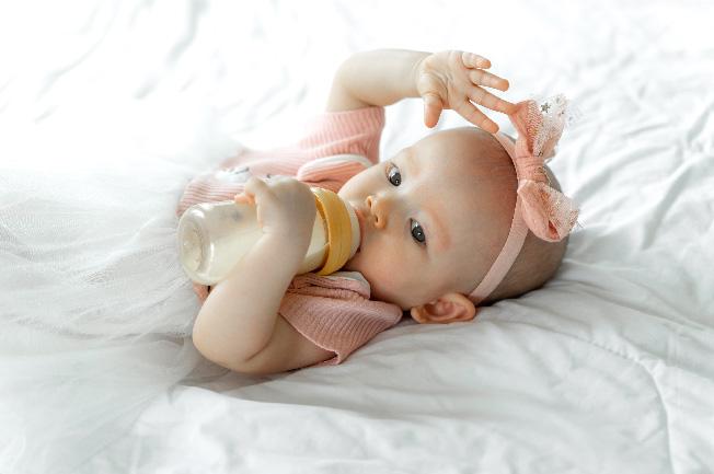 Trẻ trong độ tuổi 2 tháng đã làm quen với việc hấp thụ sữa