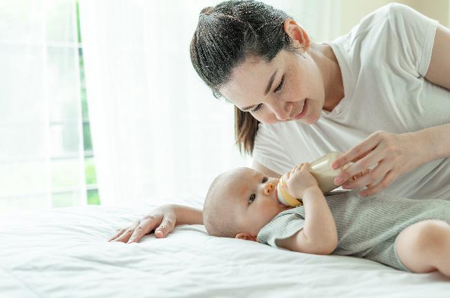 Trẻ bú sữa theo công thức