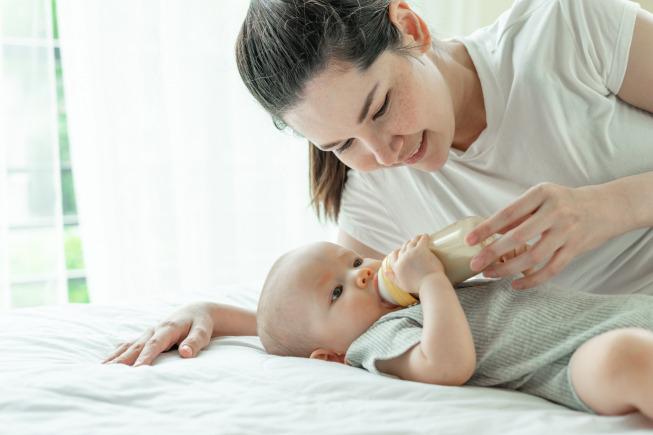 Theo chuyên gia, khi bố mẹ bắt đầu cho bé ăn dặm cần từ ít đến nhiều