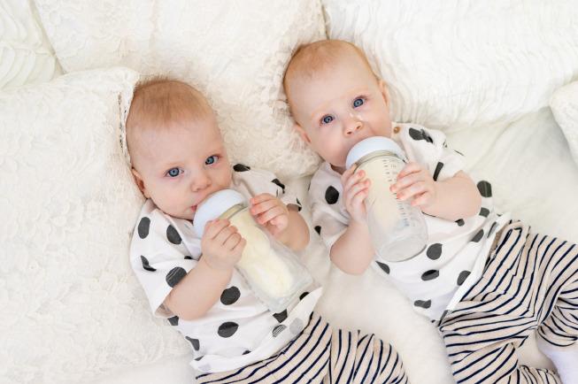Dựa vào một số cử chỉ và hành động của trẻ bố mẹ có thể dễ dàng đoán ra bé đã no chưa