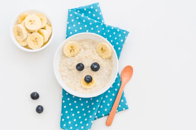 Một ngày ăn uống dưỡng chất cho bé có các bữa chính, bữa phụ phù hợp