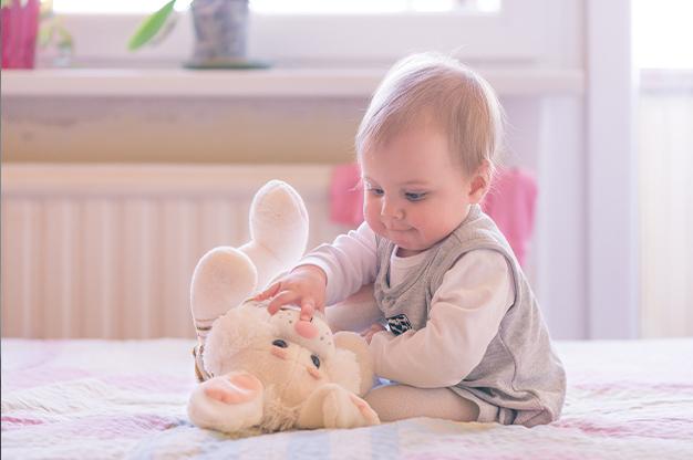 Vận động tinh ở trẻ 10 tháng tuổi
