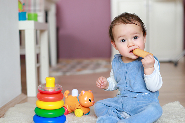 Bé 10 tháng tuổi biết làm những gì về ngôn ngữ?