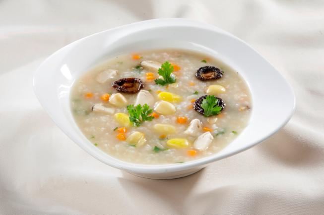 Chim bồ câu và hạt sen, đậu cove, nấm hương tạo nên mùi vị hấp dẫn