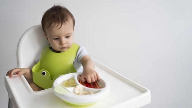 Ăn dặm kiểu Nhật các bé phải tự sử dụng muỗng xúc thức ăn từ rất sớm