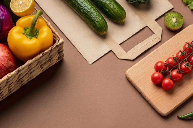 Mẹ nên thêm các loại rau củ như súp lơ, cải xanh, măng tây...