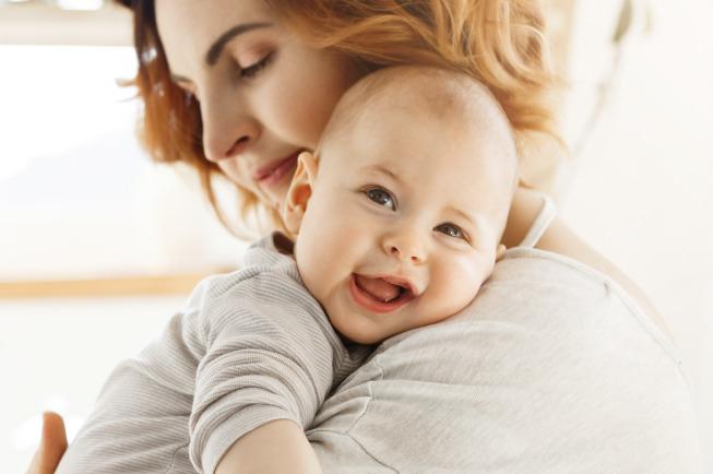 Mẹ không nên cho bé bú quá no, bé sẽ bị ọc sữa và khó tiêu hơn