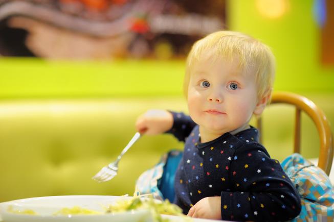 Ở giai đoạn dưới 1 tuổi, trẻ thường bị mắc nghẹn ở cổ hoặc bị trào ngược dạ dày