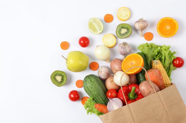 Rau xanh và hoa quả là vô cùng cần thiết trong thực đơn ăn dặm cho bé mẹ nhé!