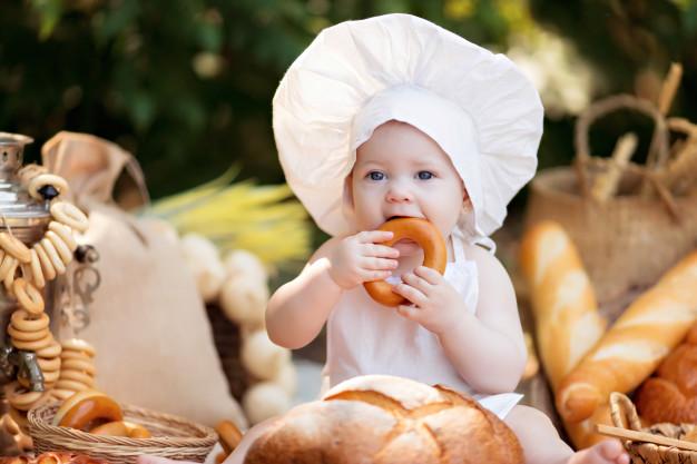 Vì nguồn thức ăn ban đầu của bé vốn là sữa mẹ nên nếu mẹ cho bé ăn đặc ngay từ đầu, bé sẽ không quen