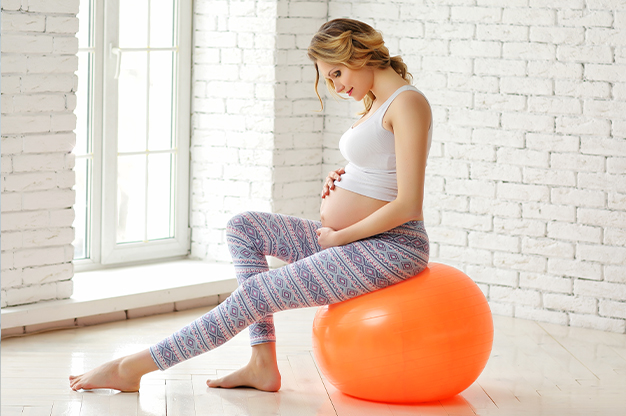Ngồi trên bóng luyện tập là cách để nhanh chuyển dạ dành cho các mẹ bầu yêu thích vận động