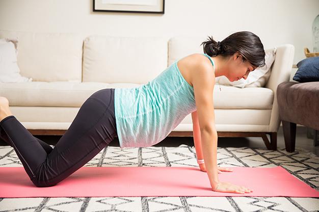 Chống hai tay và hai chân trên sàn là một cách kích thích chuyển dạ tốt cho mẹ bầu