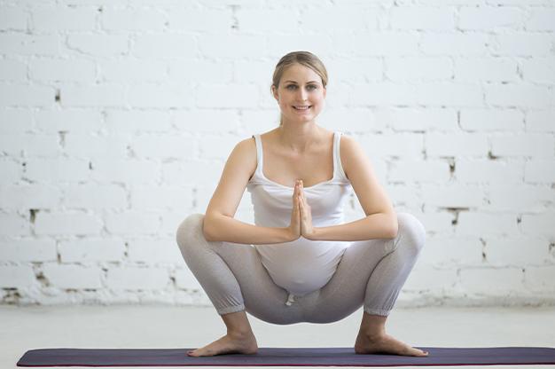 Ngồi là một trong những tư thế cơ bản nhất mà mẹ bầu thường sử dụng để thúc đẩy sinh nở