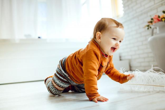 Các bé 4 tháng cần luyện tập để lật người