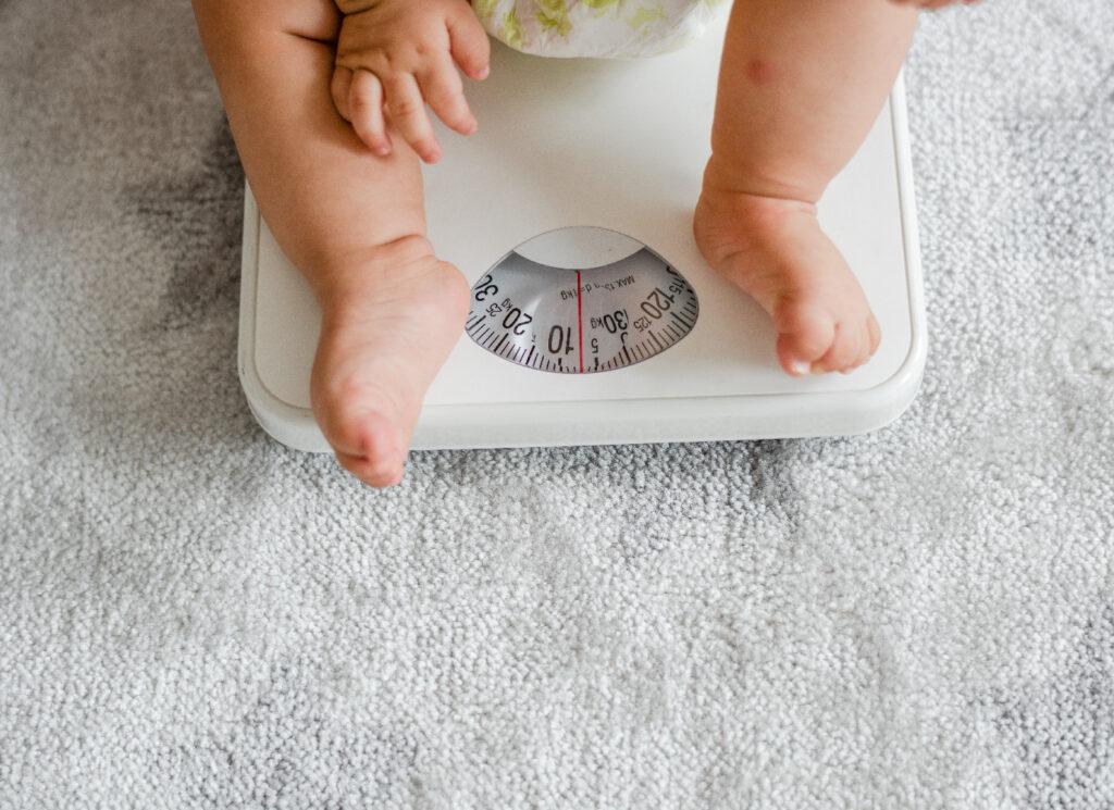 Cân nặng của bé 6 tuần trung bình khoảng 5,1-5,6kg
