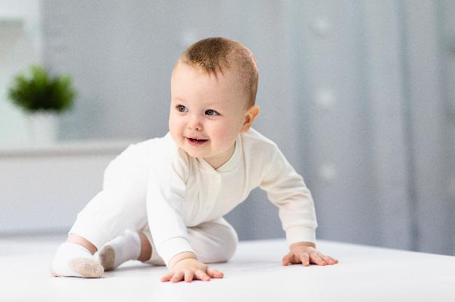 Bé 6 tuần nhạy cảm và phản xạ hơn so với lúc mới sinh