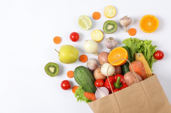 Mẹ xay trái cây thành sinh tố để các bé dễ ăn hơn