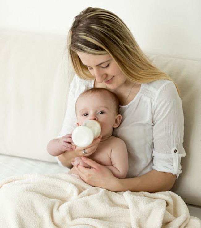 Tư thế cho bé tựa vào lòng đặc biệt hạn chế bé hay nôn trớ khi bú