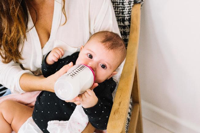 Phối hợp lượng sữa thích hợp cho bé với cháo, bột ăn dặm