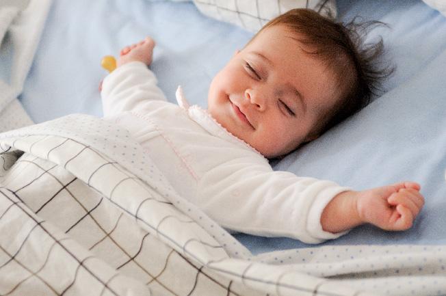 Bé ngủ sâu khi đã no sữa