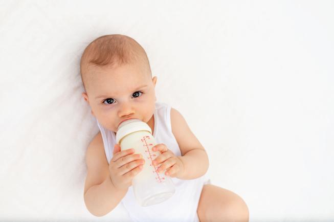 Lượng sữa cho bé 8 tháng bao nhiêu là hợp lý?
