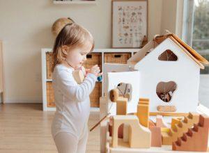 Mách nhỏ mẹ cách làm đồ chơi tự chế khiến các bé thích thú.