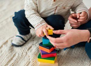 Gọi ý trò chơi cho bé 5 tháng tuổi nhanh phát triển