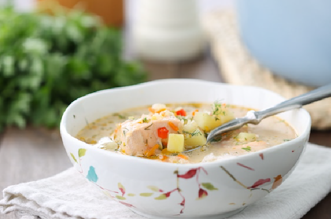 súp khoai tây cá hồi cho bé ăn dặm