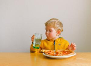 Mẹ có biết bé 8 tháng ăn được gì và không ăn được gì?
