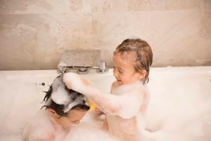Vì Sao Không Nên Sử Dụng Sữa Tắm Gội Chứa Chất Tạo Bọt SLS, SLES Cho Trẻ?