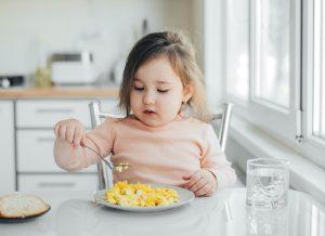 Bé 8 tháng ăn bao nhiêu ml cháo và các hợp chất khác?