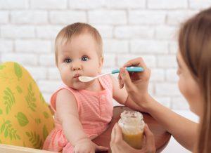 Mẹ nên làm gì lúc bé bị dị ứng khi ăn dặm?