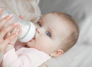 Các loại bình sữa tốt cho bé và 5 kinh nghiệm mẹ cần biết