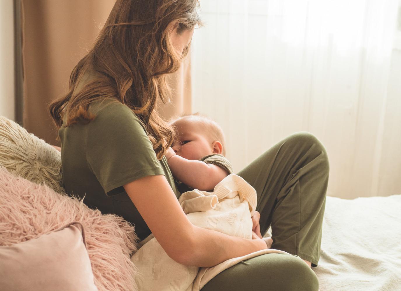 Cách bế trẻ sơ sinh cho bú chuẩn nhất theo bác sĩ
