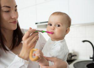 """Cách cho bé ăn dặm lần đầu tiên: Những nguyên tắc """"Vàng"""""""