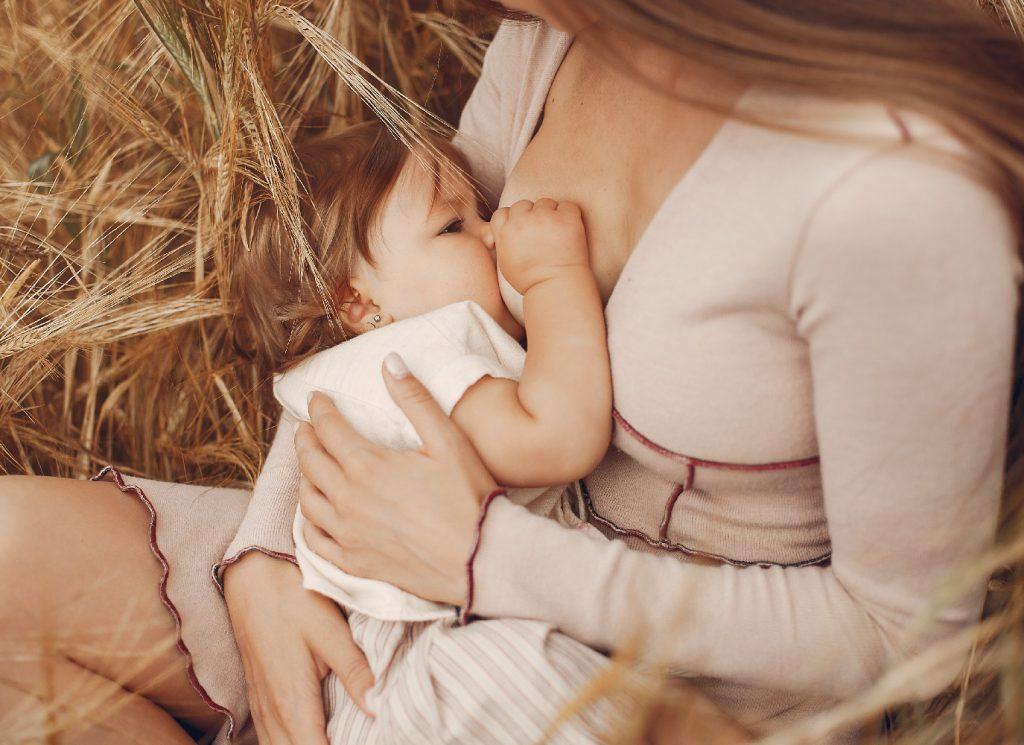 Cân nặng là dấu hiệu rõ ràng nhất cho thấy bé đã bú sữa no hay chưa