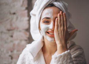 Cách xông hơi da mặt sau sinh tại nhà mẹ nên biết