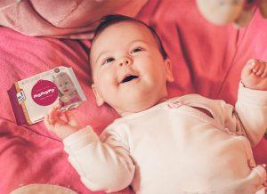 Chất dưỡng ẩm có trong khăn ướt chuẩn giúp mẹ chăm sóc da bé tốt hơn